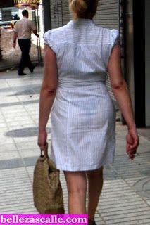 Mujeres con vestidos transparentes en la calle