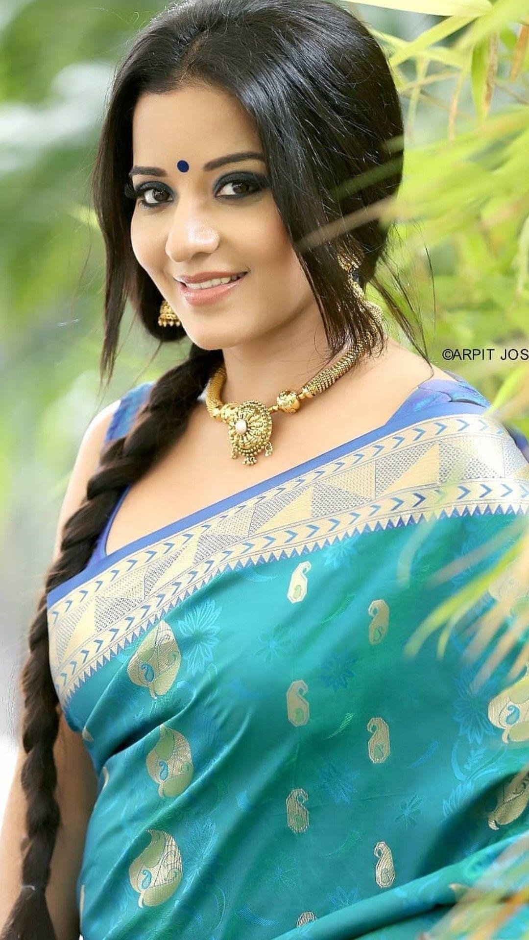 girls wearing Asian saree Xxxx