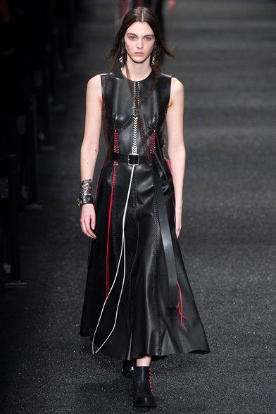 7f53213b76 Guarda la sfilata di moda Alexander McQueen a Parigi e scopri la ...