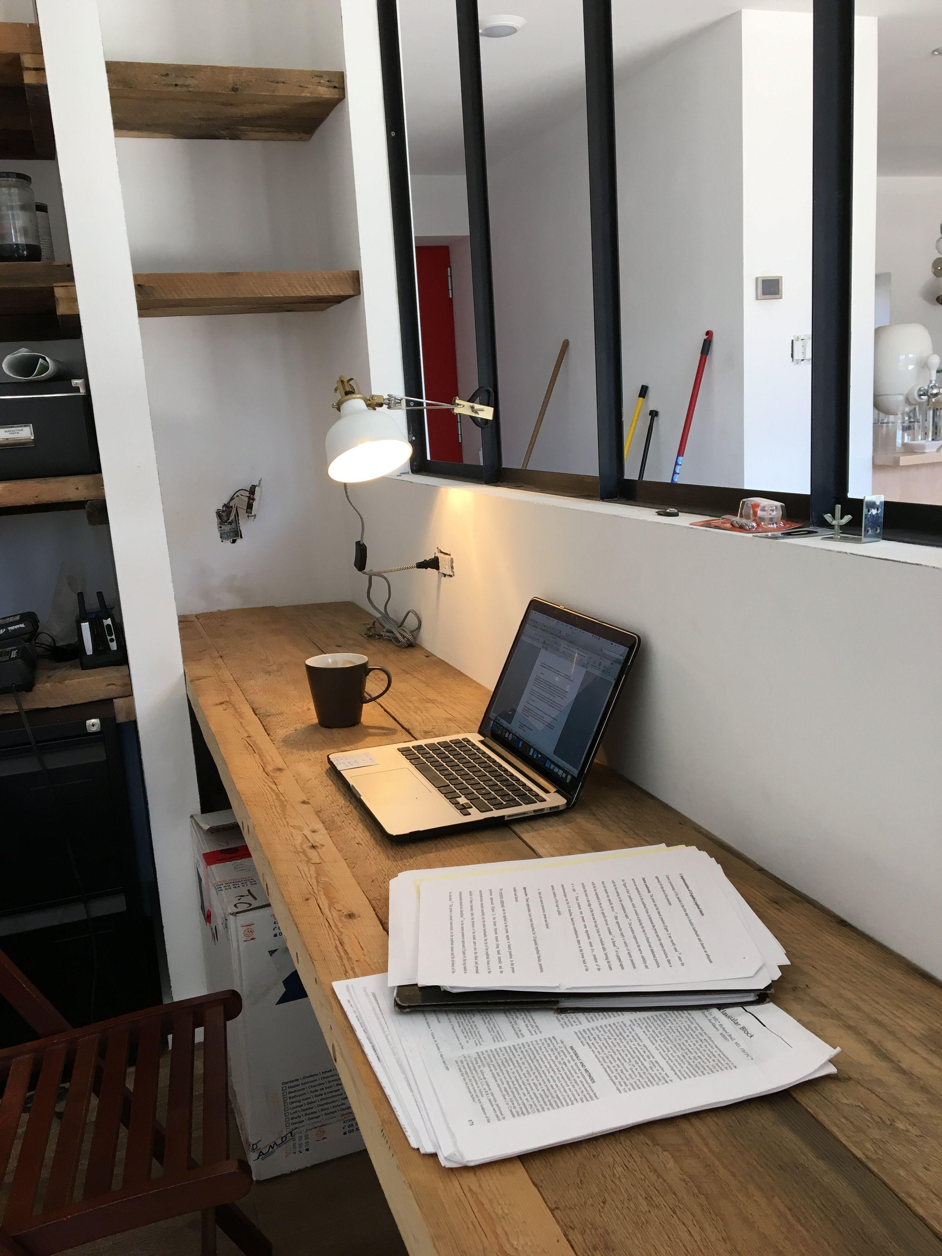 Un bureau cosy pour travailler tout en étant un peu avec l'animation de la maison a travers la verrière. ** maison passive Ozalée **