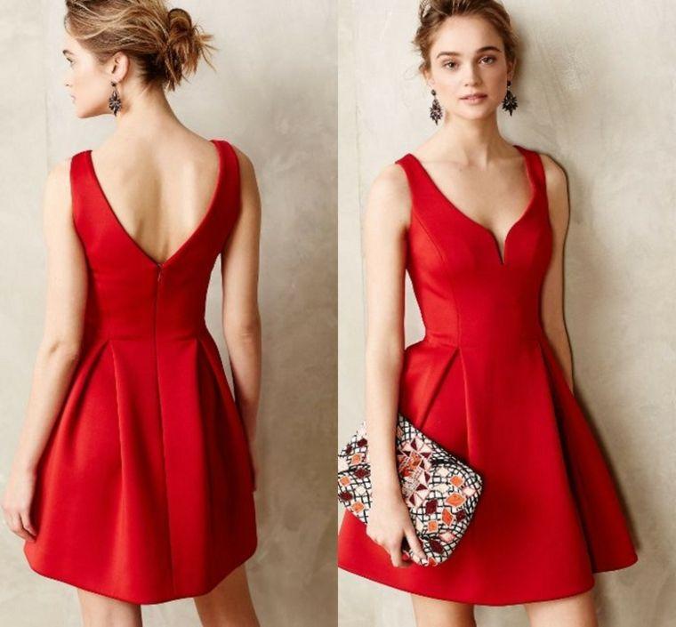 17cd2ee74417 Vestiti eleganti e un idea con abito corto di colore rosso e schiena  scoperta a