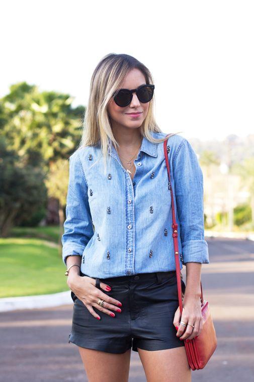 d914ca4571 Look do dia com shorts de couro e camisa jeans bordada - super descolado e  charmoso! Acesse e se inspire.