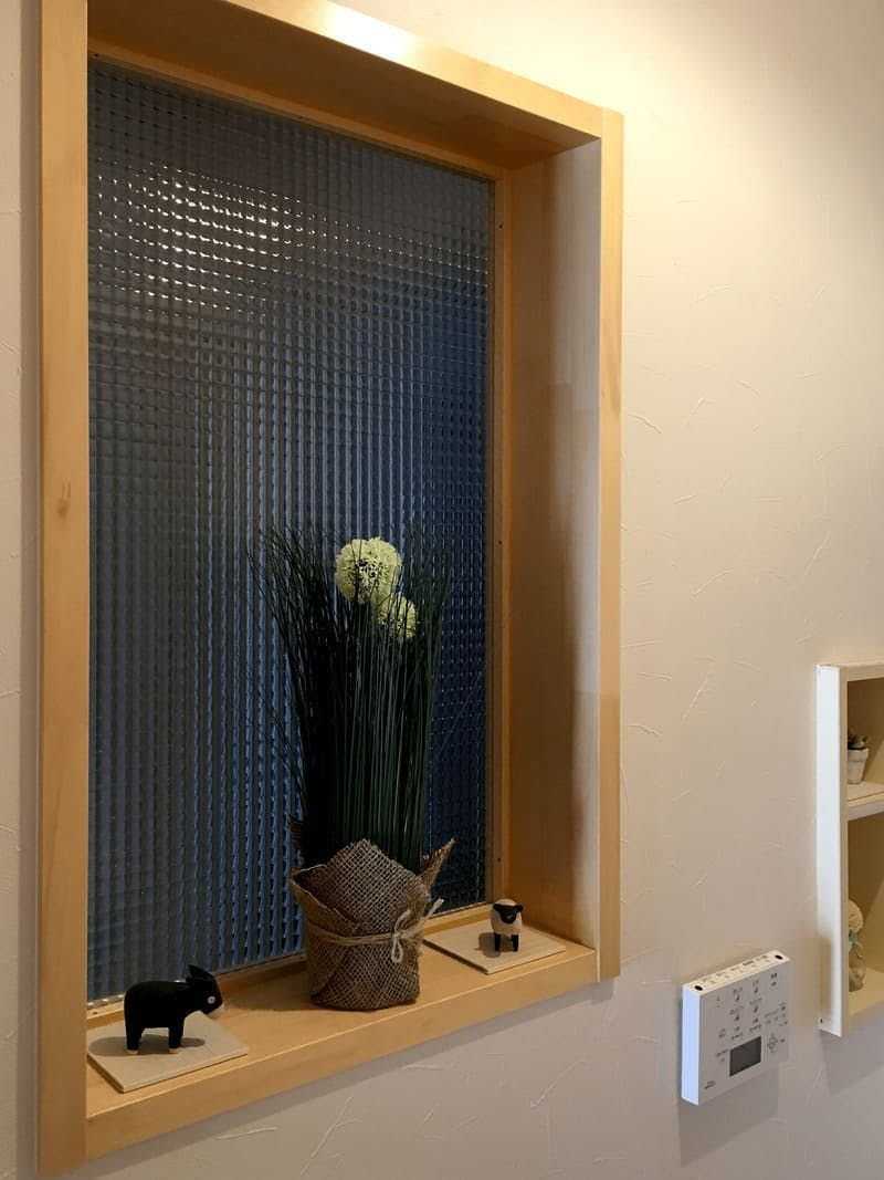 トイレの明り取り窓に 目隠し効果のある格子柄のシンプルなデザイン