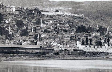 Η πιο συγκλονιστική φωτογραφία της Θεσσαλονίκης. Είναι τοποθετημένη πριν το 1880, καθώς διακρίνεται ακόμα το παραθαλάσσιο τείχος, το οποίο γκρέμισε ο σουλτάνος κατά τη διάρκεια ανάπλασης της πόλης, οπότε και η παραλία πήρε τη σημερινή της μορφή.