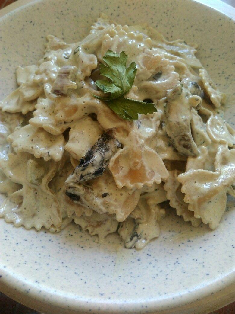 Pâtes à la crème et aux champignons : farfalle au blé complet, crème de soja cuite aux champignons de Paris, aux oignons nouveaux et au persil #VEGAN