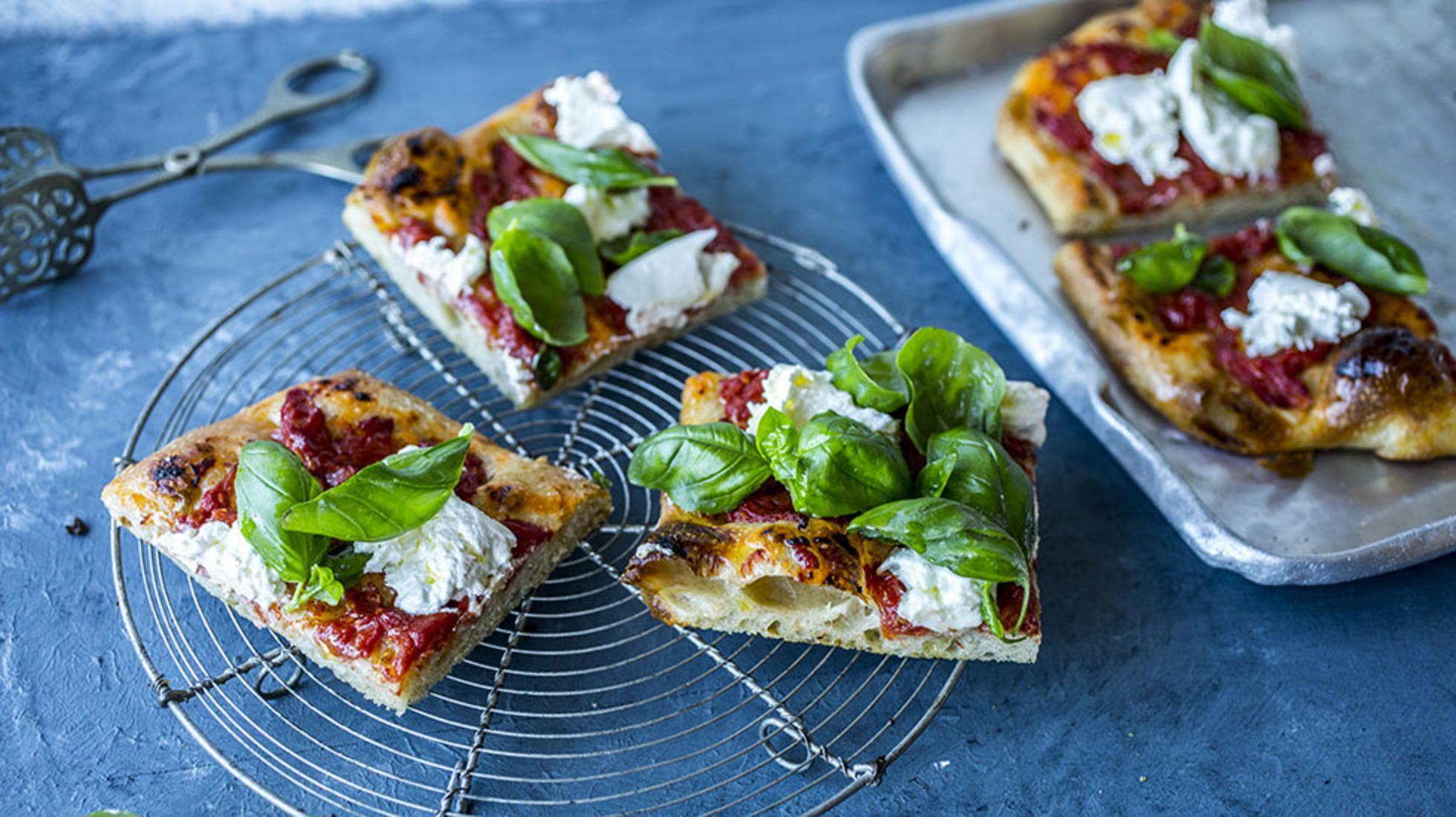 Hjemmelaget focaccia med mozzarella og tomat