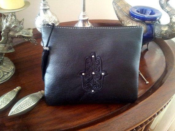 Bolso de mano / neceser marroquí de color negro. por MoroccanArt, $14.99 https://www.etsy.com/es/listing/156333313/bolso-de-mano-neceser-marroqui-de-color?ref=related-1