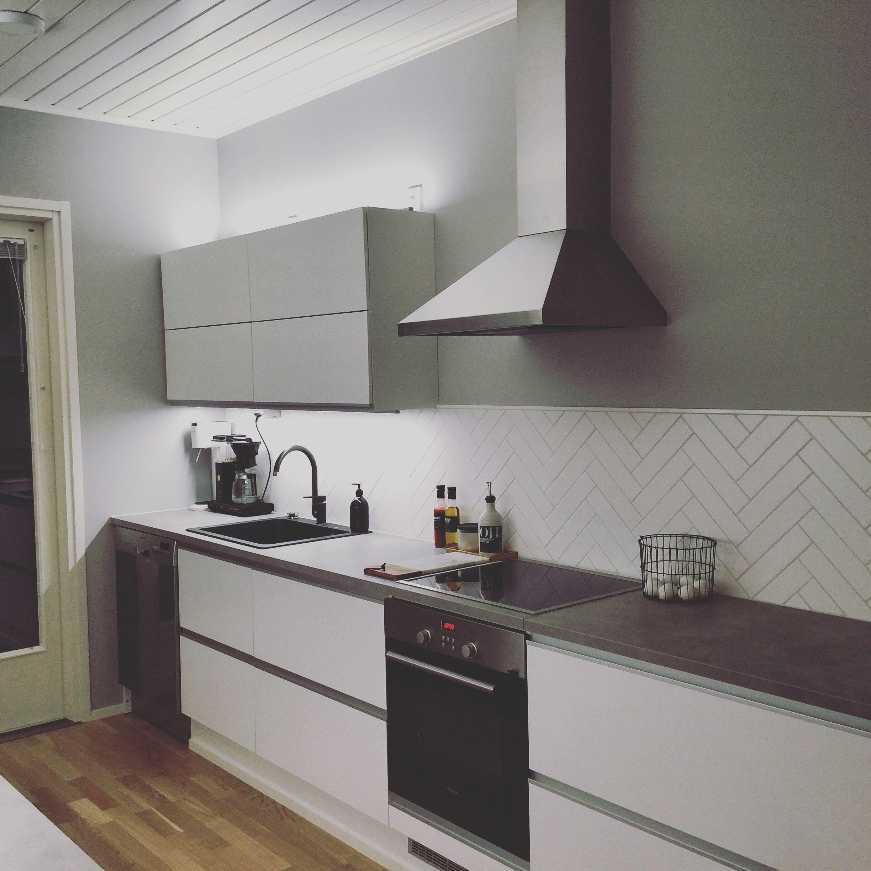 Laying tiles diagonally in a herringbone fashion integrates the tiles - Kitchen Nordichome Simple Herringbone Tile White Grey Moderni Keitti Kalanruoto Ladonta