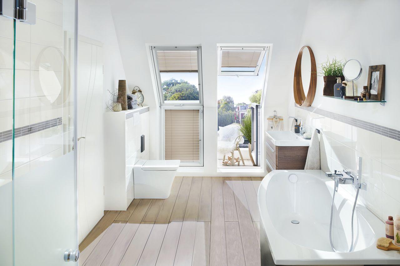 Ein Bad Mit Balkon Zum Verlieben Dachbalkon Badezimmer Dachgeschoss Badezimmer Dachschrage