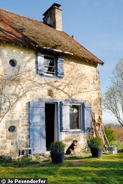 I love the French blue on this house in Provence.
