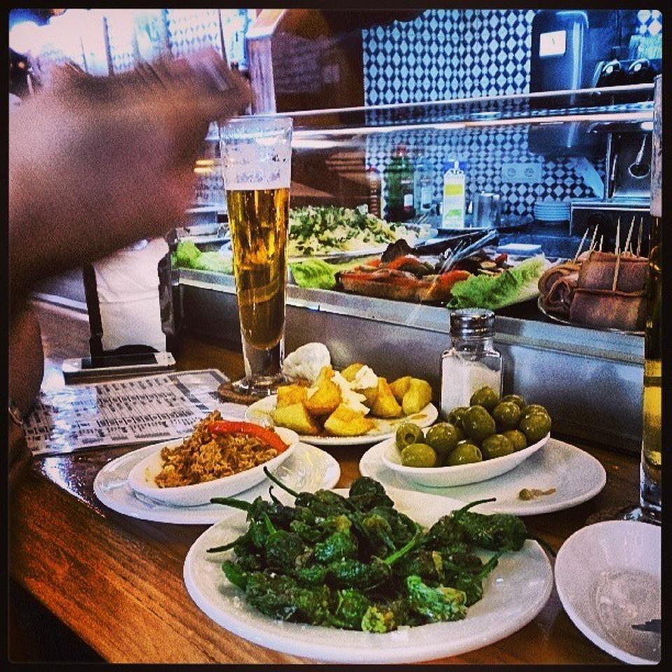 El Vaso de Oro - La Barceloneta - Barcelona, Cataluña.  Altamente recomendado para obtener una autentica experiencia culinaria y cultural catalana. La cerveza y la comida es de muy buena calidad.