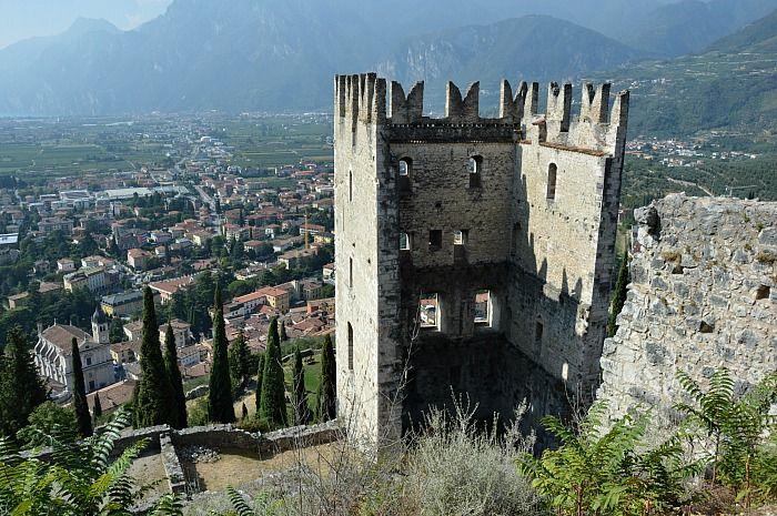 Nel #GardaTrentino per visitare il Castello di Arco Per visitare il Castello di Arco non c'è altra possibilità: bisogna camminare! Il sentiero è uno degli itinerari più facili che si possono fare nel Garda Trentino, in grado di mettere insieme natura, storia e suggestioni degne di una fiaba ambientata in atmosfere asburgiche! http://bussoladiario.com/2016/10/nel-garda-trentino-per-visitare-il-castello-di-arco.html