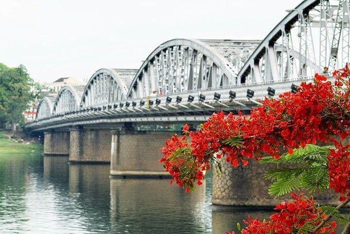 Truong Tien bridge in the morning