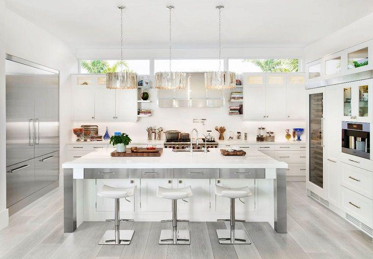 cucina bianca e grigia e in pavimento legno | cucine