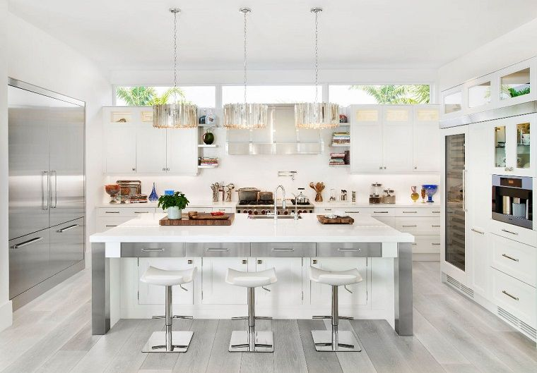 cucina bianca e grigia e in pavimento legno | cucine | Cucina grigia ...