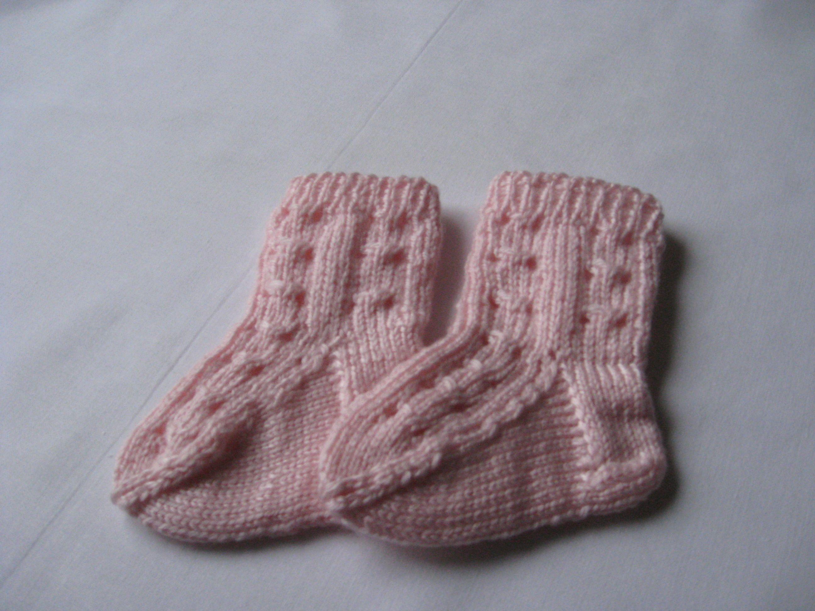 Käsinkudotut vastasyntyneen vauvan sukat Väri: Vaaleanpunainen Materiaali: Suomalainen Novita vauvalanka Hinta: 10.00 € Myy: www.mimmys.com