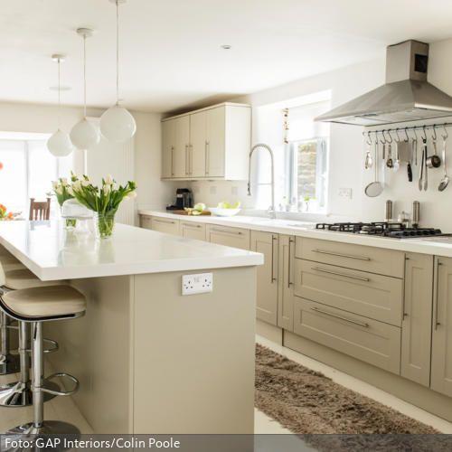 Beautiful Et voil ein moderner Landhausstil Elegante Sandfarben der Einbauk che kombiniert mit Barhockern aus