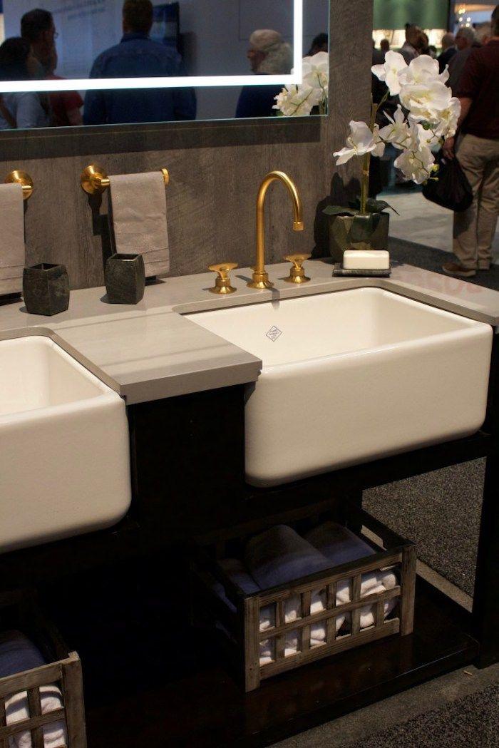 badezimmergestaltung in braun, weiße eckige waschbecken mit goldenen