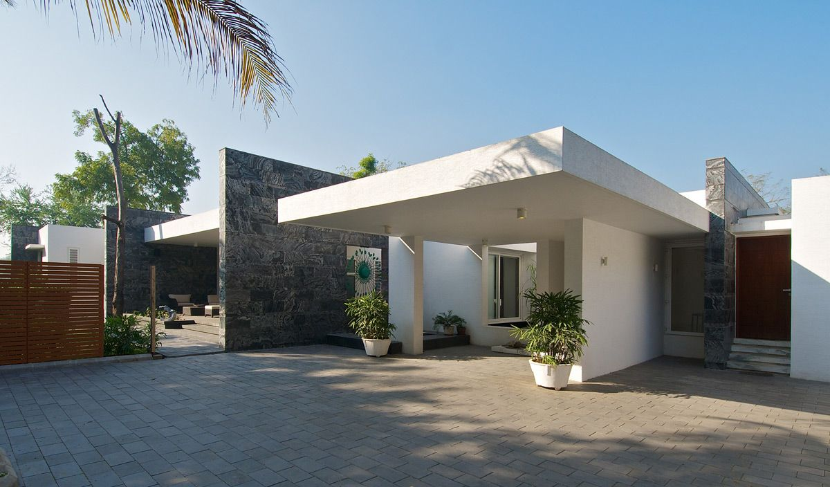 Stylish Bungalows entrance porch, dinesh mill bungalow in baroda, indiaatelier