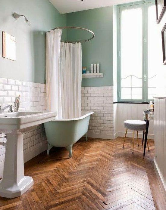 Baño de estilo clásico con bañera de pies y cortina de ducha ...