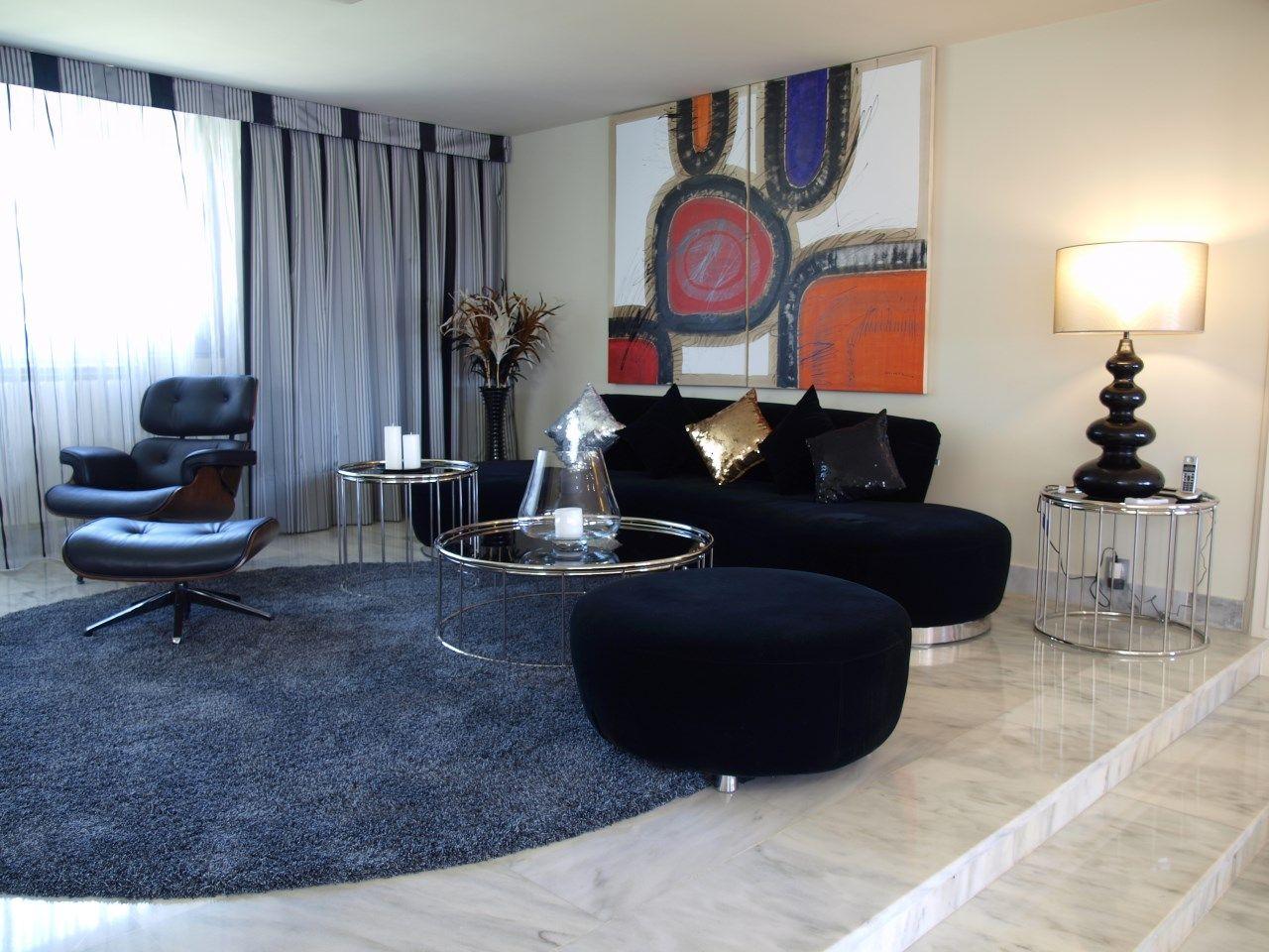 Elegante sal n de dise o minimalista moderno en tonos for Marmol negro y blanco