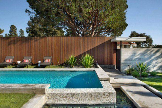 piscine-exterieur-enterrée-mosaique-blanc-gris-chaises-longues-clôture-bois piscine extérieur