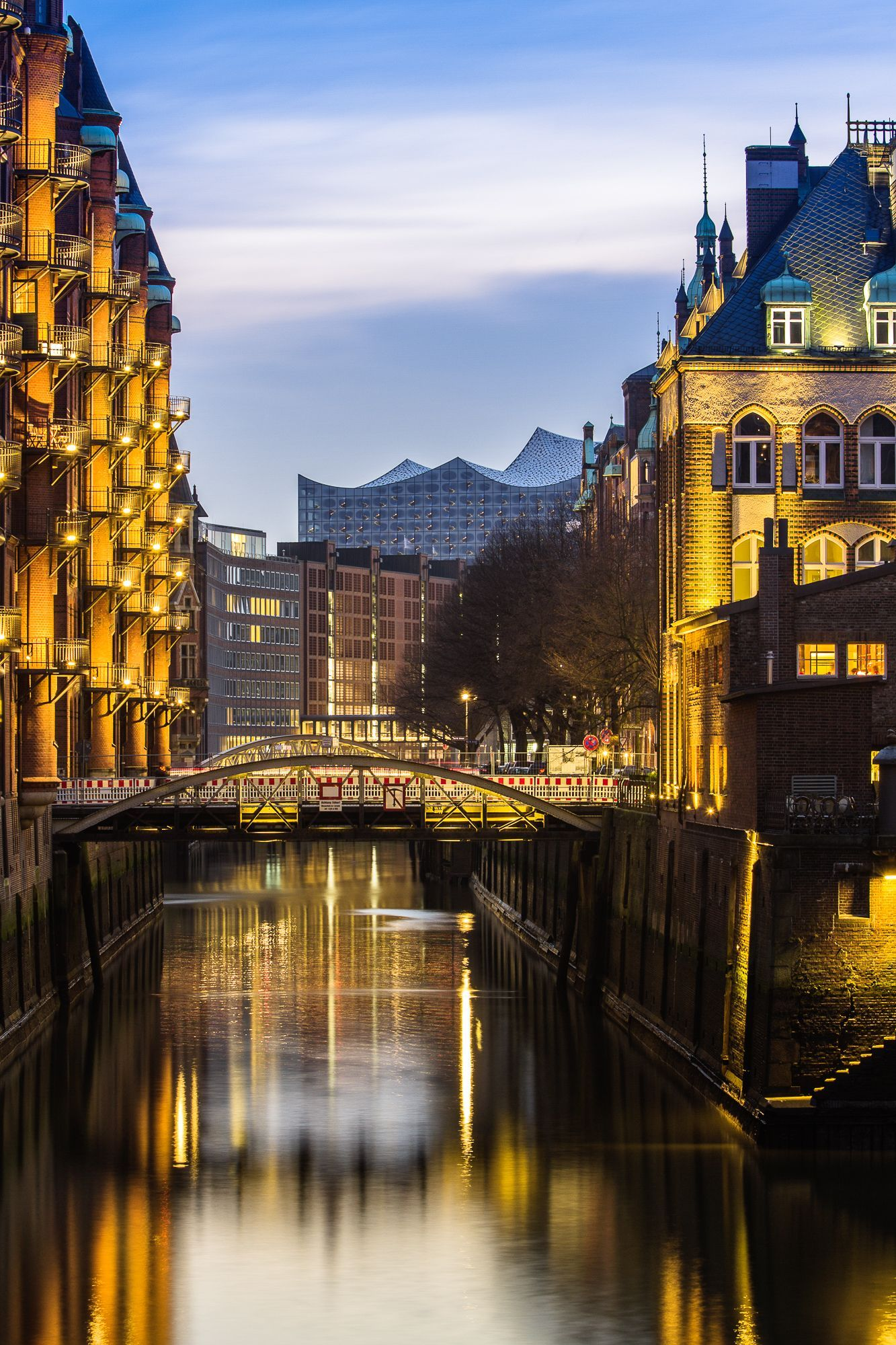 Hamburg Foto Speicherstadt Mit Poggenmuhle Und Elbphilharmonie Bildschones H Hamburg Places Around The World World Cities
