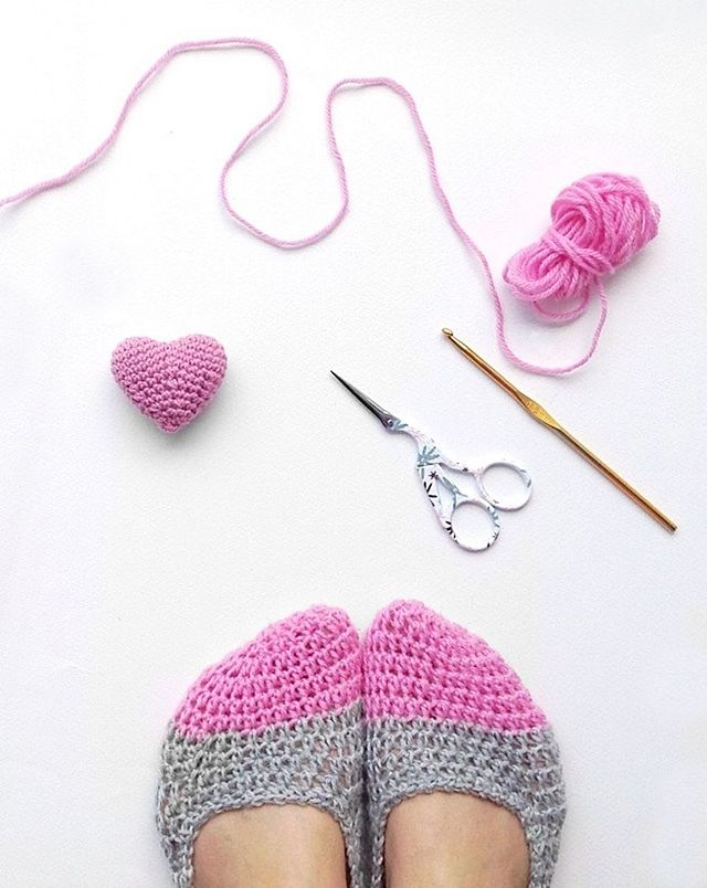 Crochet slippers & a mini heart | Pinterest | Zapatos tejidos ...