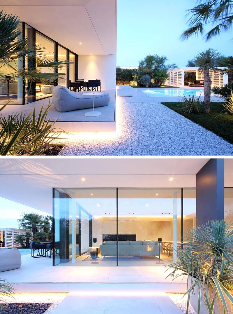 A Minimalist White House With Outdoor Lighting That Highlights The Crisp Architectural Line Modern House Lighting White Exterior Houses Minimalist House Design