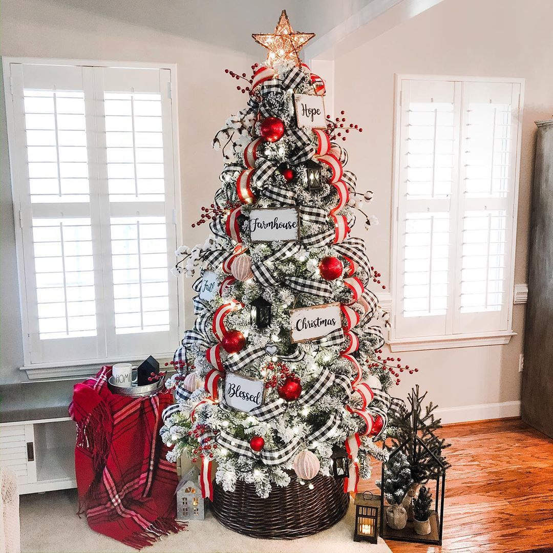 Luci White Oak Shop On Instagram Trimmed Out The Tree I Know It S E Beautiful Christmas Decorations Christmas Tree Inspiration Christmas Tree Decorations