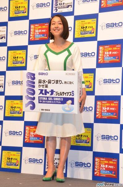 今季休養中のフィギュアスケーター・浅田真央と姉でスポーツキャスターの浅田舞が9日、神奈川・横浜市内のスタジオで行われた、「ストナシリーズ新CM発表会」に出席した。 (397×600) 「浅田真央、テニス・錦織圭選手の準優勝に「お疲れ様でしたと言いたい」」 http://news.mynavi.jp/news/2014/09/10/226/