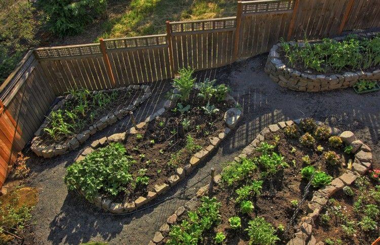 Kleiner Holzzaun hochbeet aus stein kleiner-garten-gemüse-zucht-sandstein-holzzaun