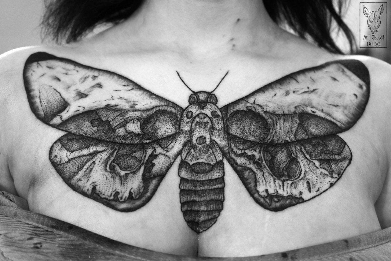 фото татуировка на груди девушки черной тушью мотылек Nfne