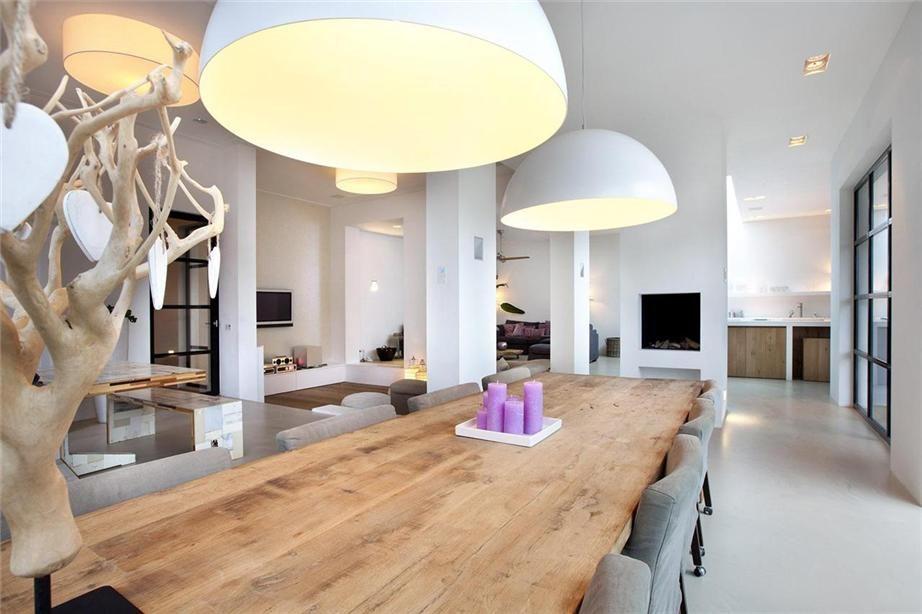 Gietvloer. strak en toch warm interieur met goede sfeer. hout en wit
