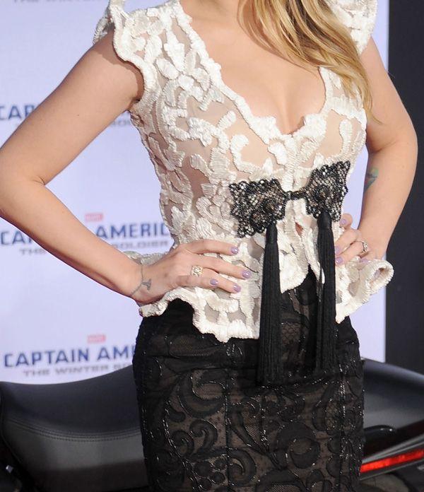 Scarlett Johansson alla première del film Captain America: The Winter Soldier in pizzo bianco e nero, spilla compresa, di Giorgio Armani Privé.http://www.sfilate.it/222342/pizzo-bianco-nero-armani-per-scarlett-johansson