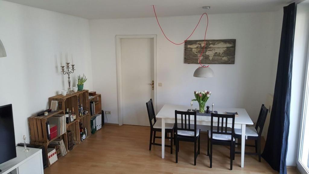 gemütliches wohn- und esszimmer mit stilmix: regale aus weinkisten, Wohnzimmer