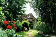 Le paysagiste Hugues Peuvergne sest vu confié laménagement du jardin dune charmante maison dhôtes. Trois ambiances sy succèdent, du potager au carré au jardin japonais.