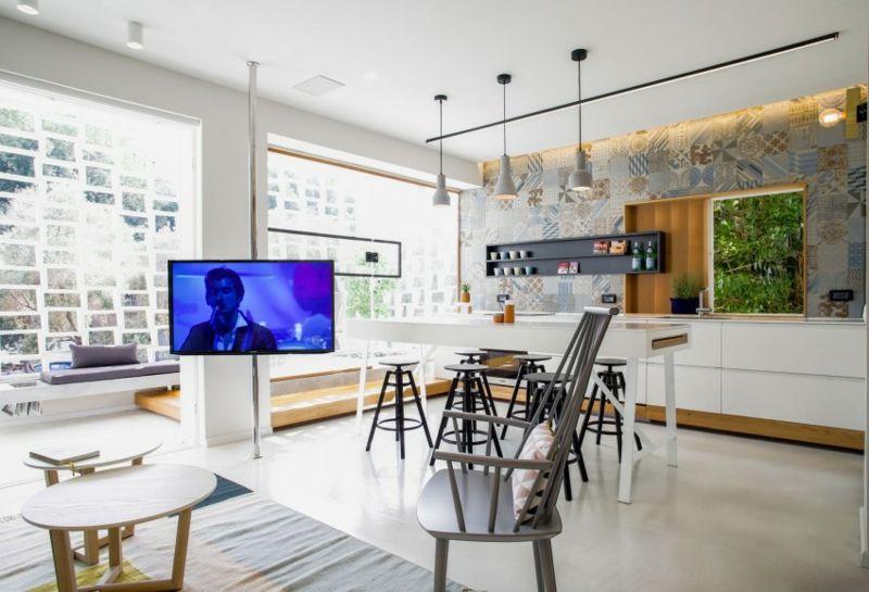 Küchen Design mit Patchwork Fliesen und weiße Einrichtung | Küchen ...