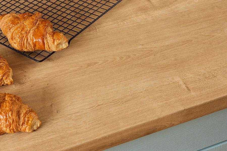 Das Dekor Der Kuchenarbeitsplatte Eiche Sieht Sehr Naturlich Aus Auch Astknoten Und Spiegelstreifen Sind Auf Der Ober Kuchenarbeitsplatte Kuche Arbeitsplatte