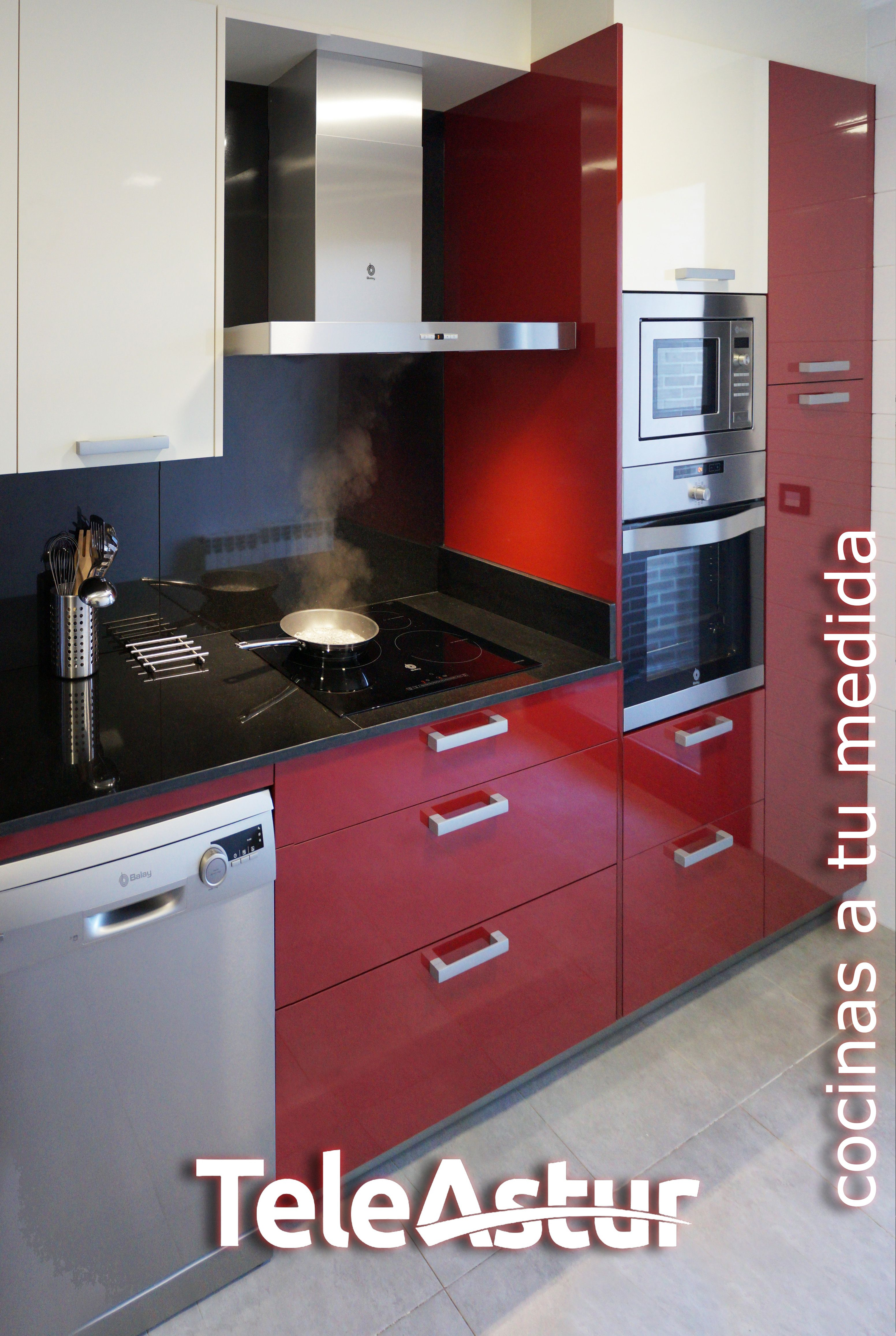 cocina crema y roja, con campana decorativa | Teleastur Cocinas en 2019