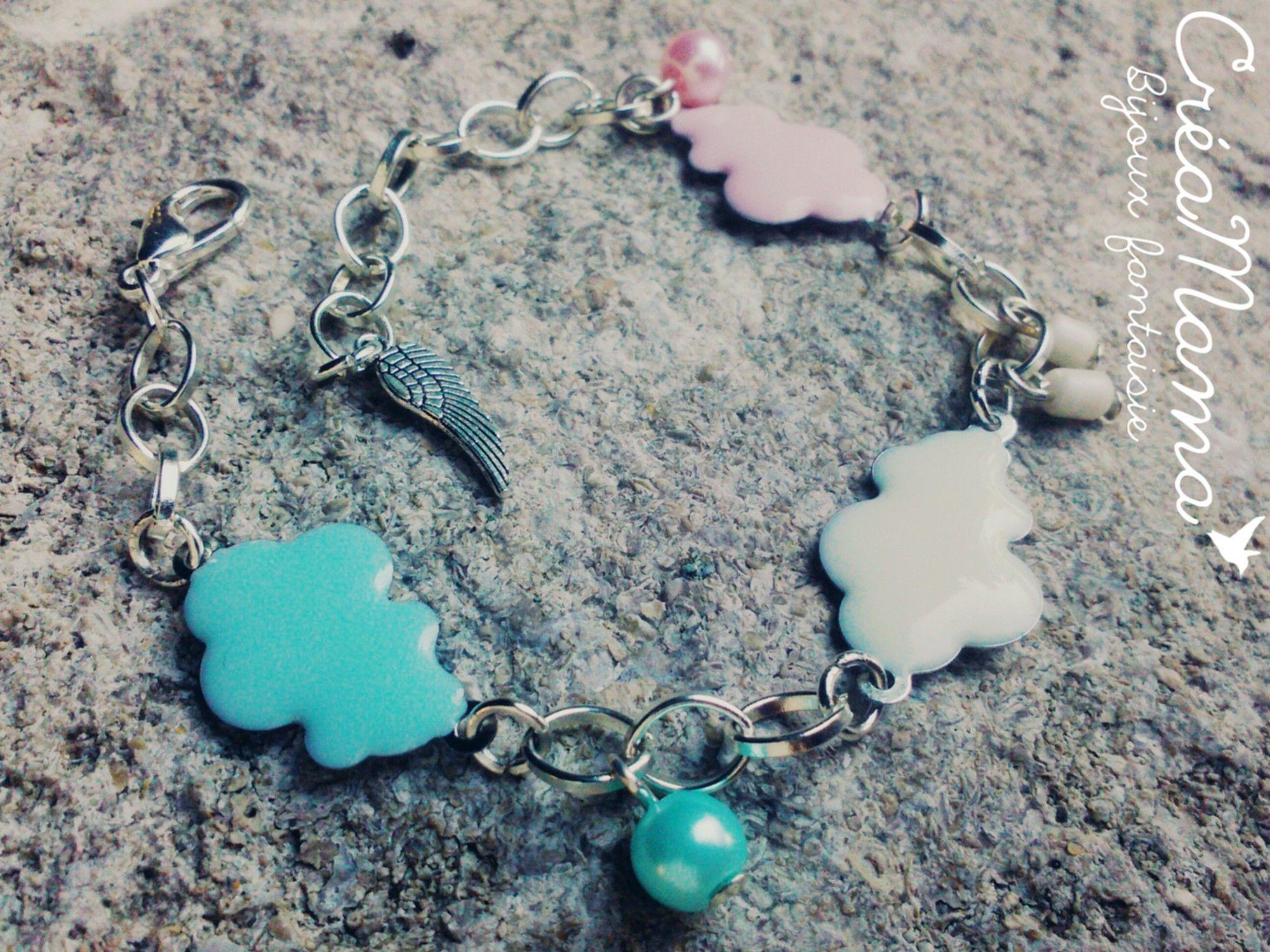 """La douceur d'un bracelet """"Trio de nuages"""" réalisé à la main, avec de belles couleurs pastels. En vente sur CréaMama -bijoux fantaisie."""