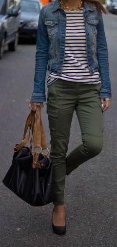 Outfit-Idee für meine neue olivgrüne Röhrenjeans. Ich mag die Kombination mit Streifen und einer Jeansjacke #jeansj ... #jeanjacketoutfits