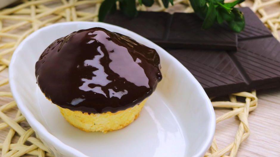 So Gelingt Die Perfekte Schokoglasur Tipp In 2020 Schokoglasur Schokoglasur Rezept Kuchen Und Torten