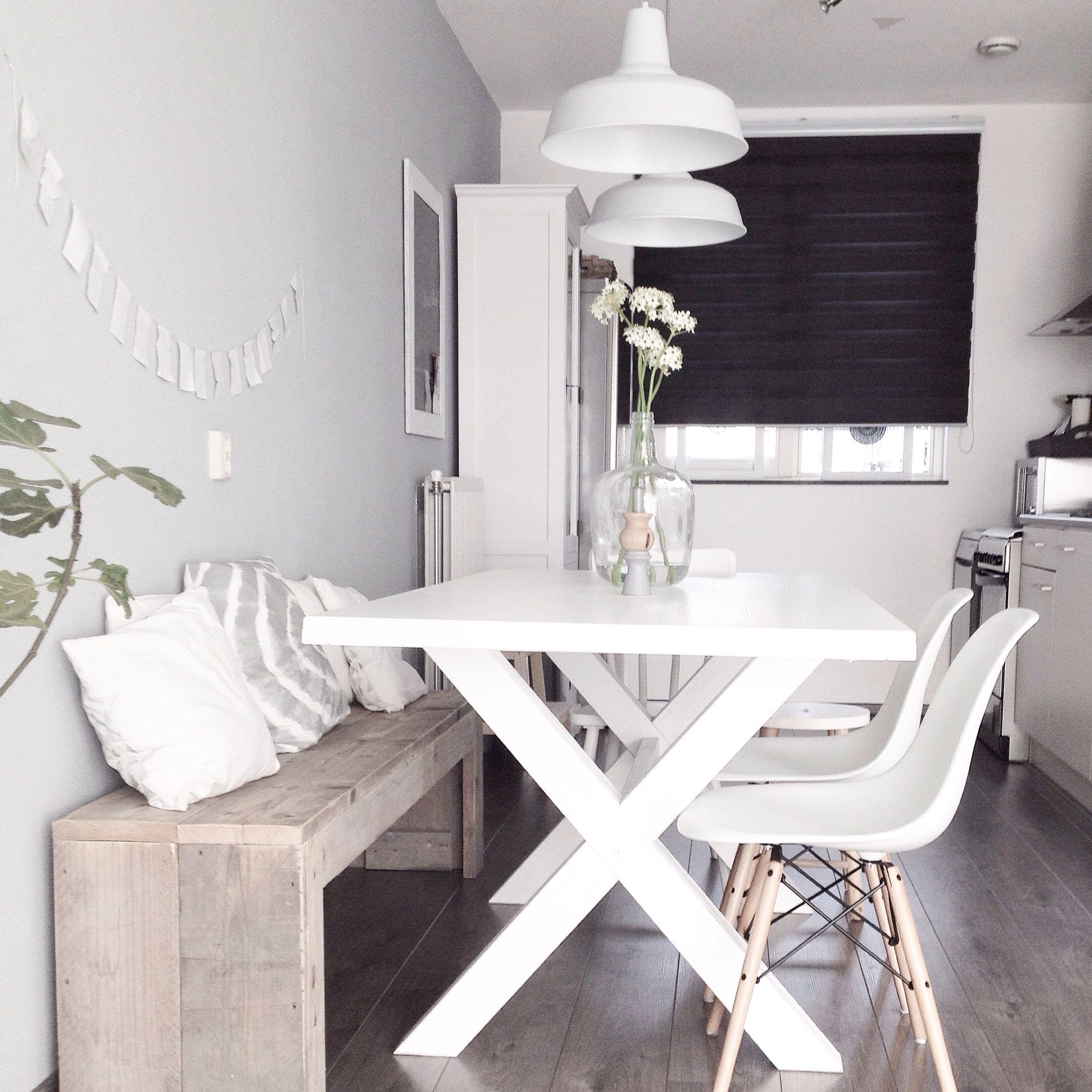 Combinación de sillas de Eames con banco de madera  reciclada