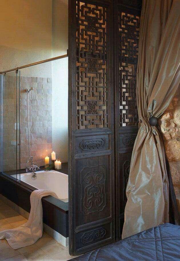 Badkamer afscheiden van slaapkamer door houten open paneeldeuren ...