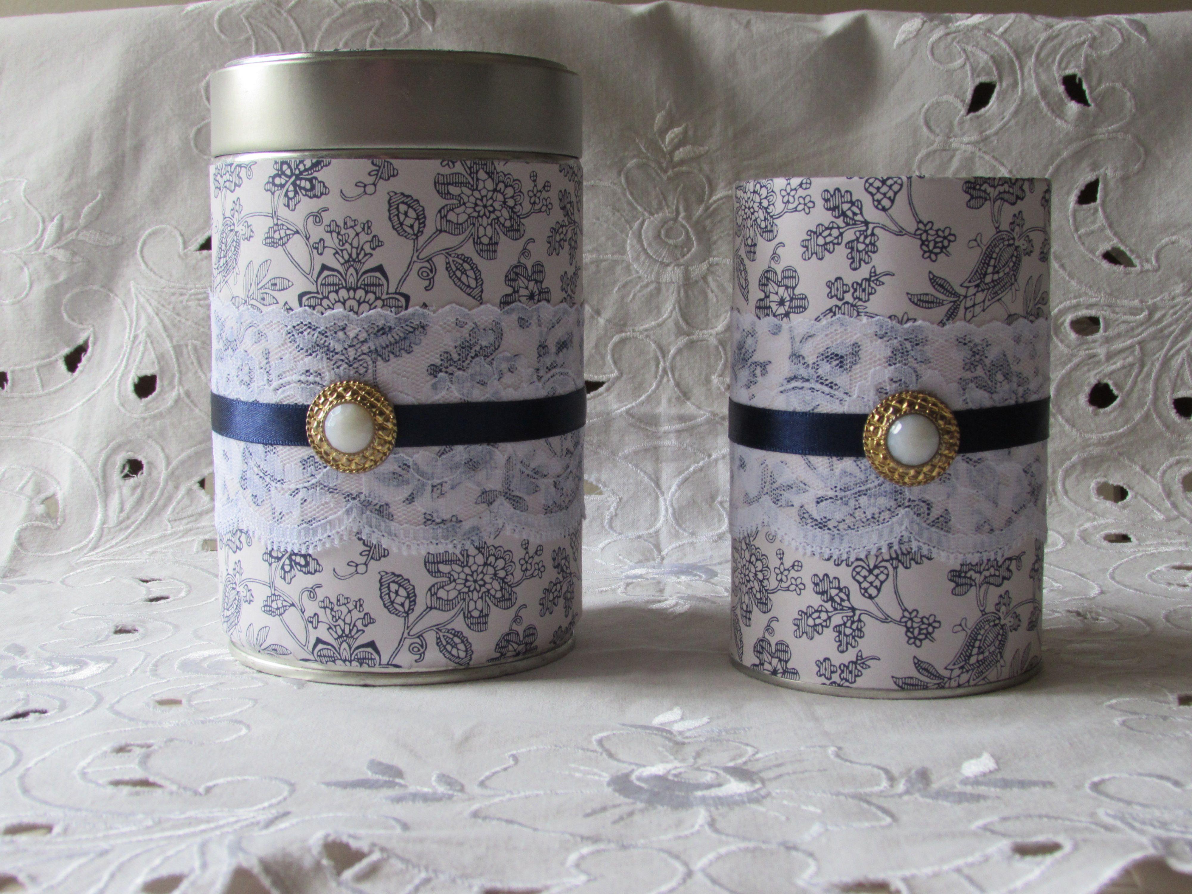 Kauniit sinivalkoiset säilytyspurkki ja kynäpurkki. Osittain kierrätysmateriaalista tehty. Myyty.