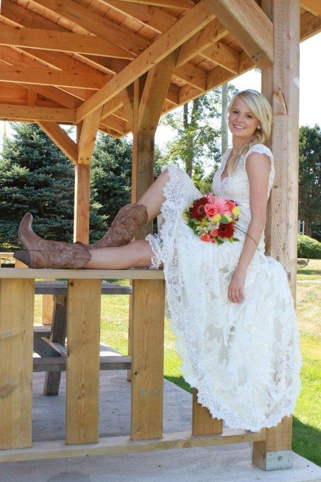 How To Wear Cowboy Boots With A Wedding Dress Kurzes Hochzeitskleid Hochzeit Im Landhausstil Vokuhila Brautkleid
