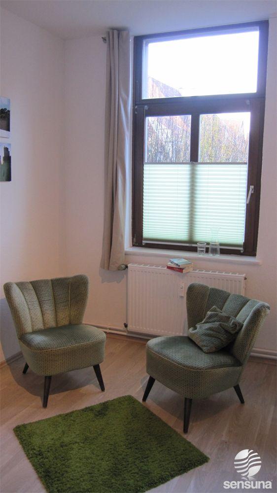 Simple vintage Wohnzimmer Gestaltung und am Fenster Sichtschutz Plissees von sensuna