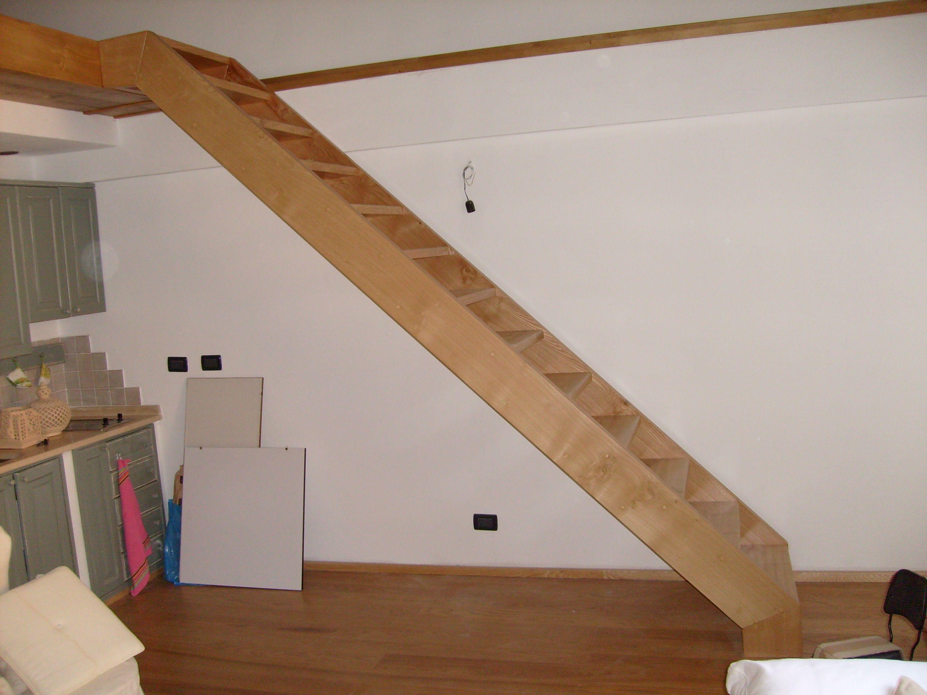 Scala portante in legno con parapetto e corrimano in ferro battuto ...