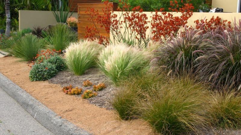 Jardin moderne avec du gravier d coratif galets et for Parterre avec cailloux blanc